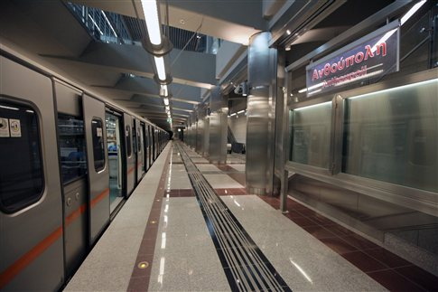 Police officers to replace private security guards at Athens Metro and urban train ISAP stations