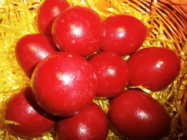 Greek Easter Eggs symbolism in color and cracking tradition VIDEOS