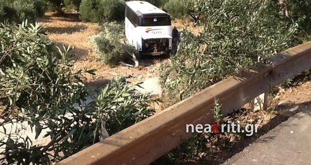 One dead as car crashes in bus carrying Belgian tourists to Knossos