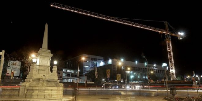 Thessaloniki: Metro construction cranes shine in Christmas mood