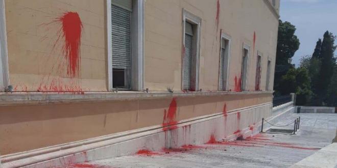 Rouvikonas anarchists vandalize Greek Parliament for the sake of 17. Nov convict